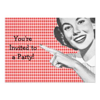 os anos 50 que apontam a jovem mulher convites personalizado