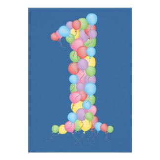 Os balões azuis do partido de primeiro aniversario convite personalizados