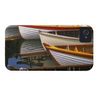 Os barcos coloridos brilhantes no barco de madeira capa para iPhone