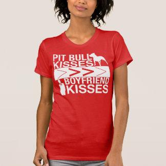 Os beijos do pitbull são maiores do que beijos do camiseta