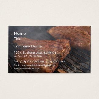 Os bifes que grelham o assado grelham a carne cartão de visitas