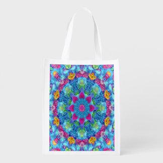 Os bolsas reusáveis coloridos do mercado das sacolas ecológicas