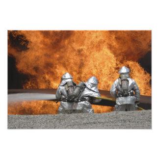 Os bombeiros neutralizam um fogo impressão fotográficas