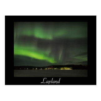 Os borealis da Aurora no céu enegrecem o cartão do