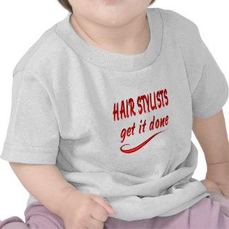 Os cabeleireiros obtêm-no feito t-shirt
