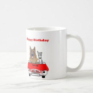 Os cães dos desenhos animados que conduzem o carro caneca