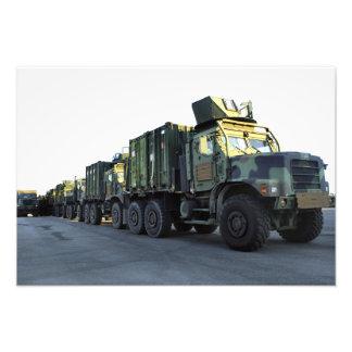 Os caminhões blindados sentam-se no cais na cidade impressão de foto