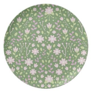 Os campos floridos verdes do primavera louça de jantar