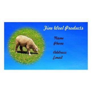 Os carneiros estão pastando em um pasto luxúria cartão de visita