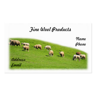 Os carneiros estão pastando em um pasto luxúria cartoes de visitas