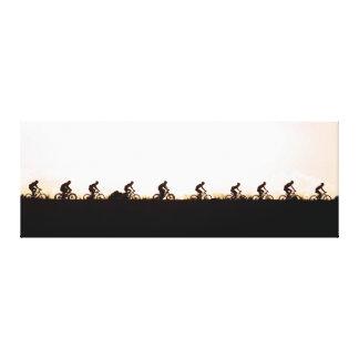 Os cavaleiros do Mountain bike fazem sua maneira Impressão Em Tela