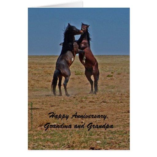 Os cavalos felizes da dança do aniversário clicam cartao