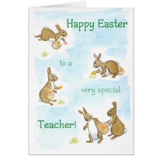 Os coelhinhos da Páscoa cardam para um professor Cartão Comemorativo