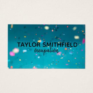 os confetes colorem o cartão de visita geométrico