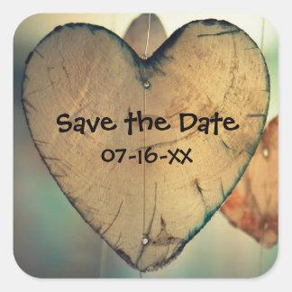 Os corações de madeira rústicos salvar a data - adesivo quadrado