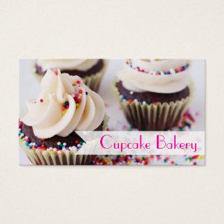 Os cupcakes do chocolate polvilham o glacé da cartão de visitas
