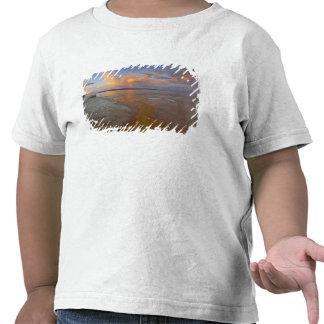 Os depósitos minerais coloridos emitem-se da camiseta