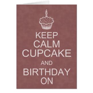 Os desejos do aniversário, mantêm o cupcake calmo cartão comemorativo