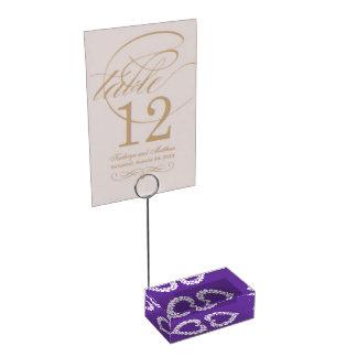 Os diamantes em números roxos de uma mesa do suportes para cartao de mesa