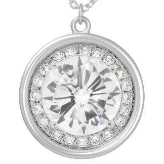 Os diamantes são colar do melhor amigo de uma meni