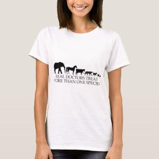 Os doutores reais (veterinários) tratam mais de camiseta