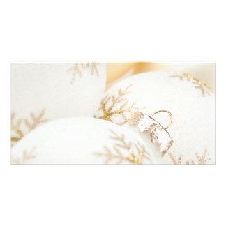 Os enfeites de natal gostam do brilho branco do cartão com foto