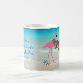 Os flamingos dirigem pela caneca de café feita sob