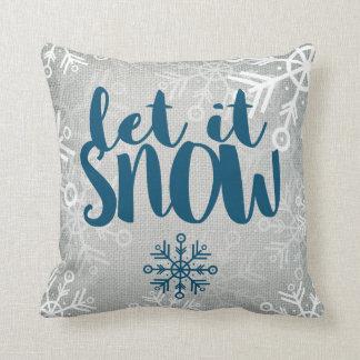 Os flocos de neve rústicos na serapilheira branca almofada
