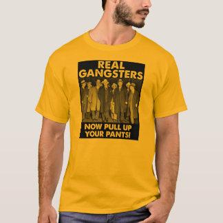 Os gângsteres reais levantam suas camisetas