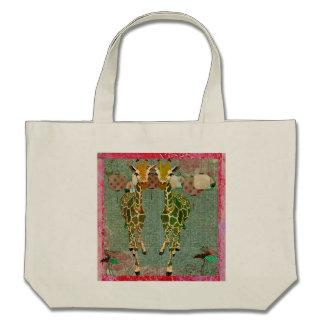 Os girafas do ouro cheiram o saco dos rosas bolsas para compras