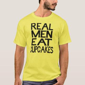 Os homens reais comem a camisa dos cupcakes T