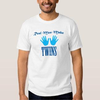 Os homens reais fazem gêmeos (menino/menino) t-shirts