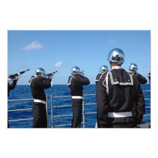 Os marinheiros ateiam fogo a uma saudação de arma impressão de foto