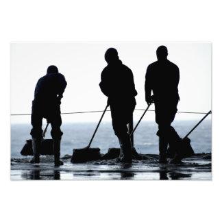 Os marinheiros varrem para fora a baía do hangar impressão de foto