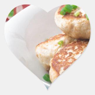 Os meatballs caseiros fecham-se acima na mesa adesivo coração