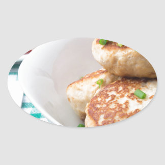 Os meatballs caseiros fecham-se acima na mesa adesivo oval