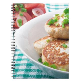 Os meatballs caseiros fecham-se acima na mesa cadernos