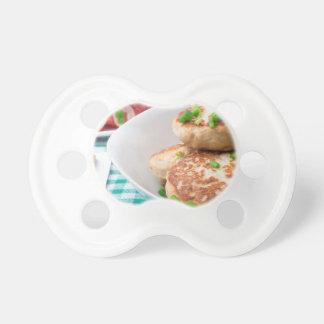 Os meatballs caseiros fecham-se acima na mesa chupeta