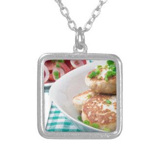 Os meatballs caseiros fecham-se acima na mesa colar banhado a prata