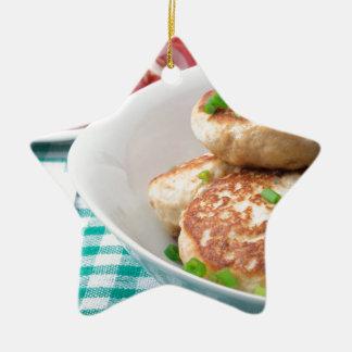 Os meatballs caseiros fecham-se acima na mesa ornamento de cerâmica estrela