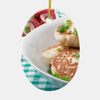 Os meatballs caseiros fecham-se acima na mesa ornamento de cerâmica oval