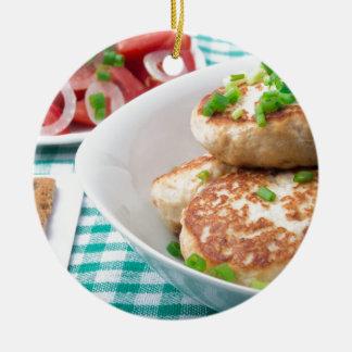 Os meatballs caseiros fecham-se acima na mesa ornamento de cerâmica redondo