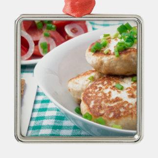 Os meatballs caseiros fecham-se acima na mesa ornamento quadrado cor prata