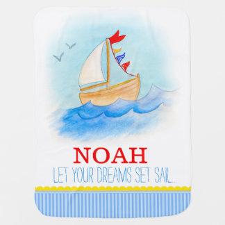 Os meninos brancos azuis do barco de vela nomeiam cobertorzinhos para bebe