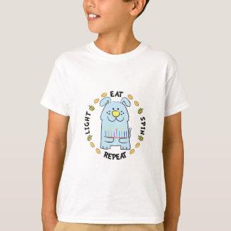 """Os miúdos """"luz da camiseta de Hanukkah, comem,"""