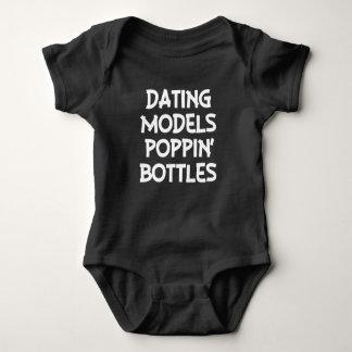 Os modelos Poppin do namorando engarrafam a camisa