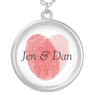 Os noivos tomam as impressões digitais o encanto colar banhado a prata