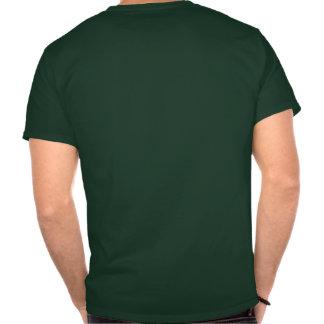 Os objetos na camisa são mais grandes do que camiseta