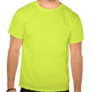 Os objetos na camisa são mais grandes do que t-shirt