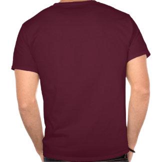 Os objetos na camisa são muito maiores do que camisetas